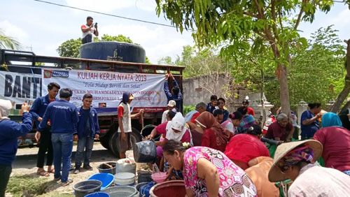 Penyaluran bantuan air bersih oleh mahasiswa KKN dan Lazismu Bojonegoro